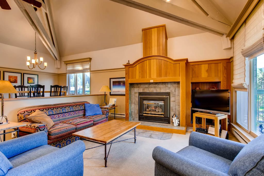 Hearth,Couch,Furniture,Fireplace,Entertainment Center