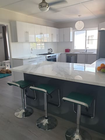 Modern 3 bedrooms, West Mackay, close to Hospital