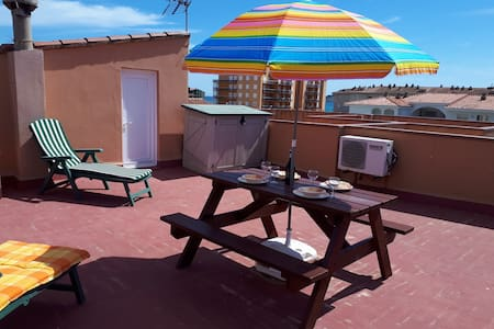 Budget beach holiday apartment + free parking/WIFI