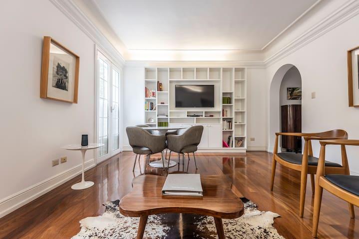 Living and dining room with smart TV / Sala y comedor con televisión inteligente