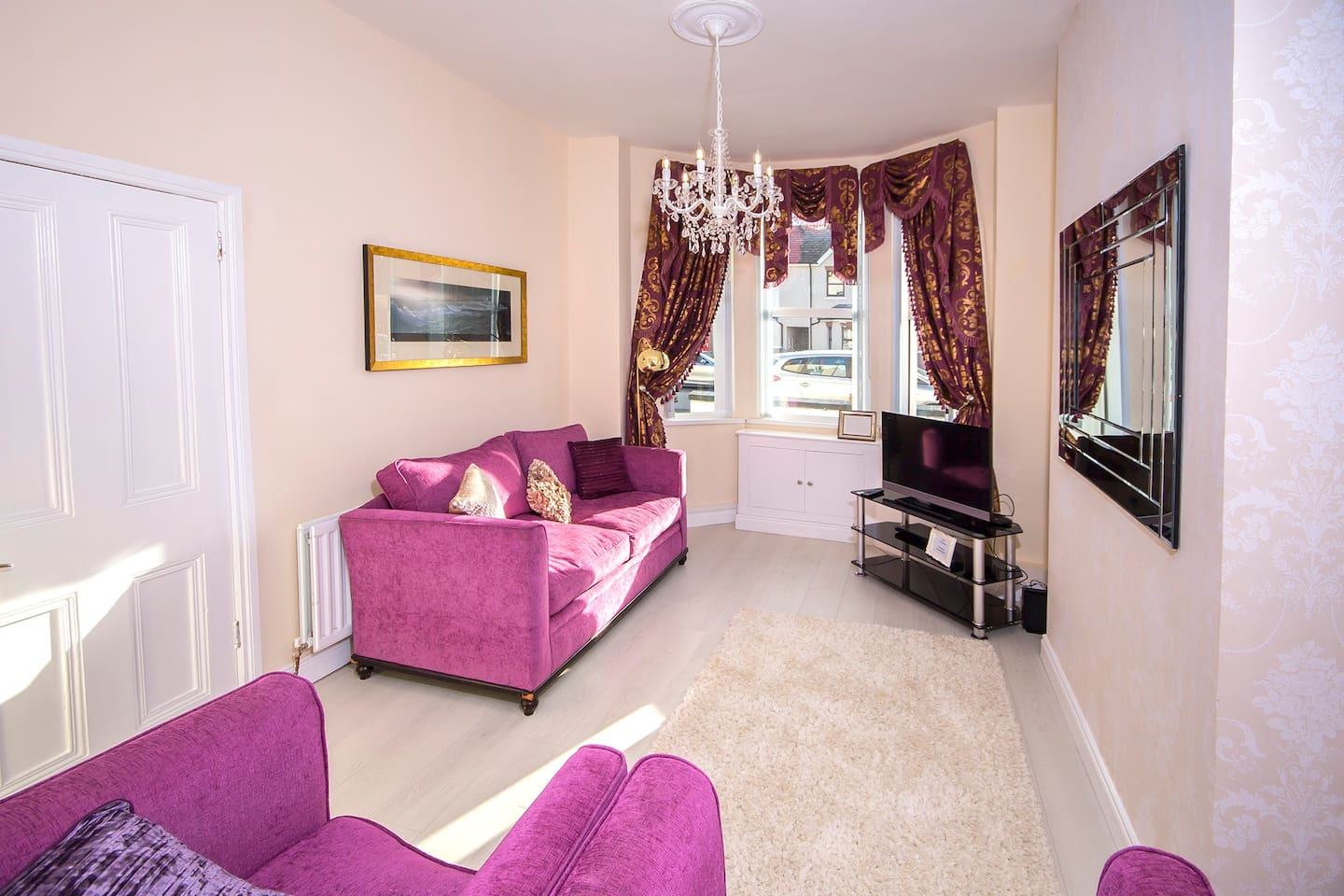 18 Shaftesbury is the hight of luxury. Spacious cozy lounge with velvet sofas, 32' smart TV