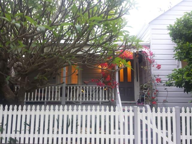 Quaint cottage lower North Shore - Crows Nest - Huis