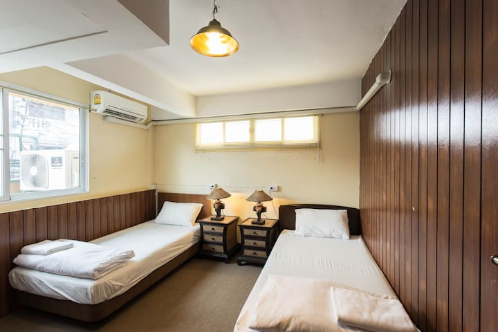 HusH Hostel/Twin Bedded Room with Shared Bathroom