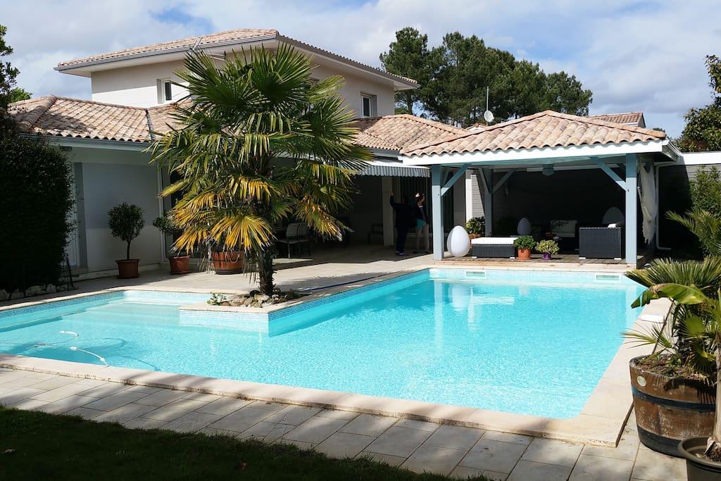 Agréable avec piscine chauffée et jardin paysagé.