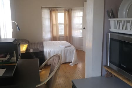 !BIG BRIGHT ROOM W. KITCHENETTE&BALCONY GREAT AREA