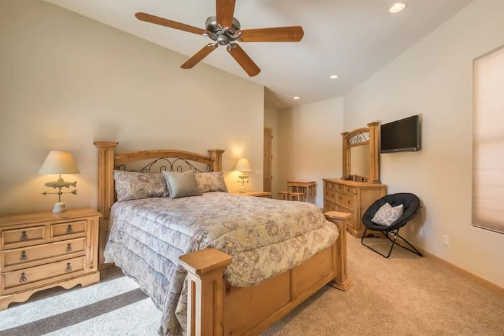 The right sliding glass doors open to the very spacious studio which has an antique queen bed, matching nightstands & a large mirrored dresser. There is also an expandable oak desk/breakfast bar with 3 stools, a comfortable sitting chair & a roku TV