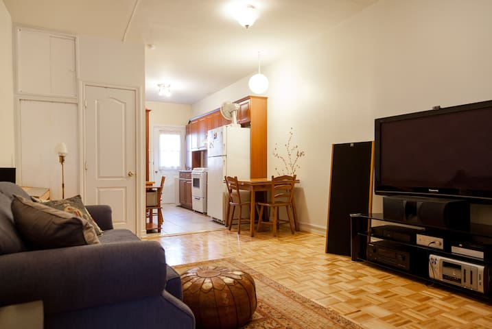 Clean quiet Little italy with Memory foam topper - Montreal - Apartment