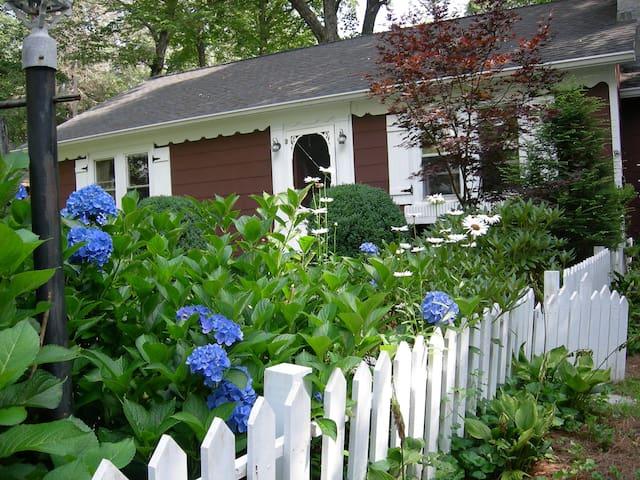 Precious in-town cottage, 3br, 2ba - lovely Garden - Highlands - Casa