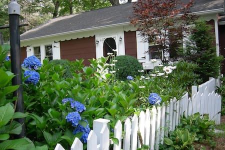 Precious in-town cottage, 3br, 2ba - lovely Garden - Highlands