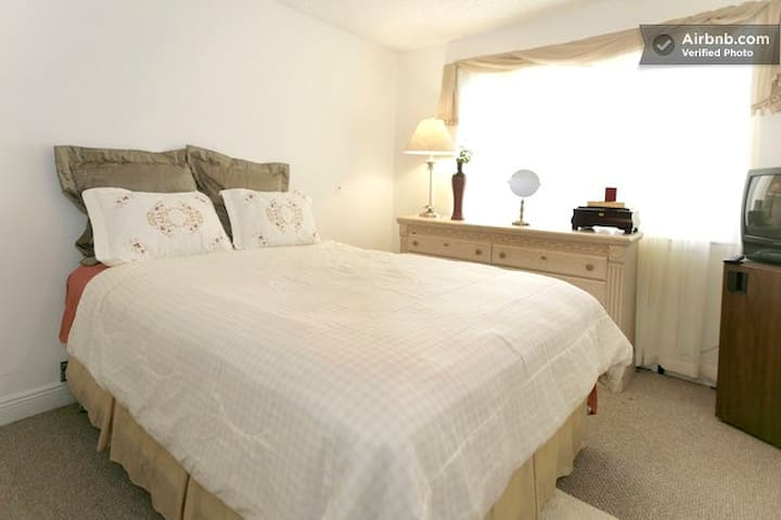 Sunny Bedroom - Pembroke Pines - Apartment