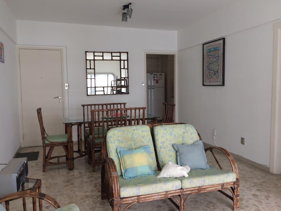 Sala com mesa de jantar para 6 pessoas + sala de televisão com ar condicionado e varanda.