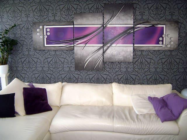 let op dit is niet de huurkamer maar geeft indruk van de woonkamer Living room that you can use also