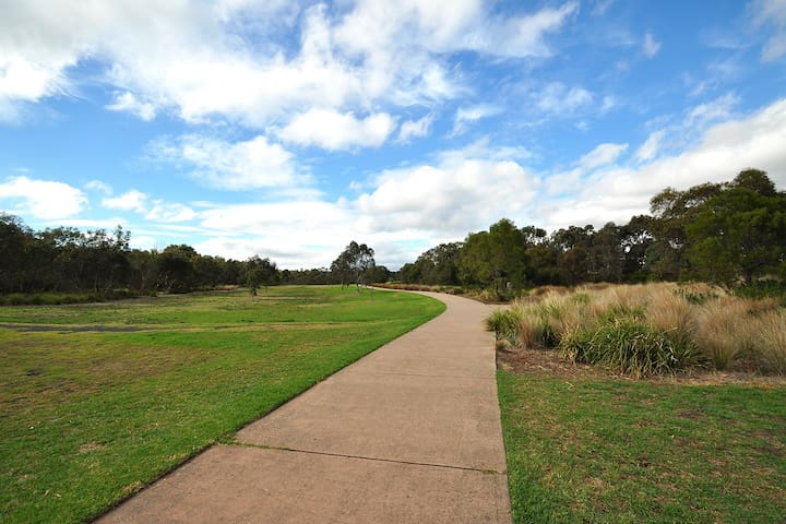 Explore the wide-open spaces of parklands and walking/riding tracks along the river only a few minutes walk away