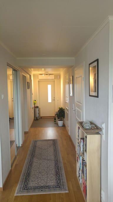 Lys og bred entré med stort garderobeskap som disponeres.