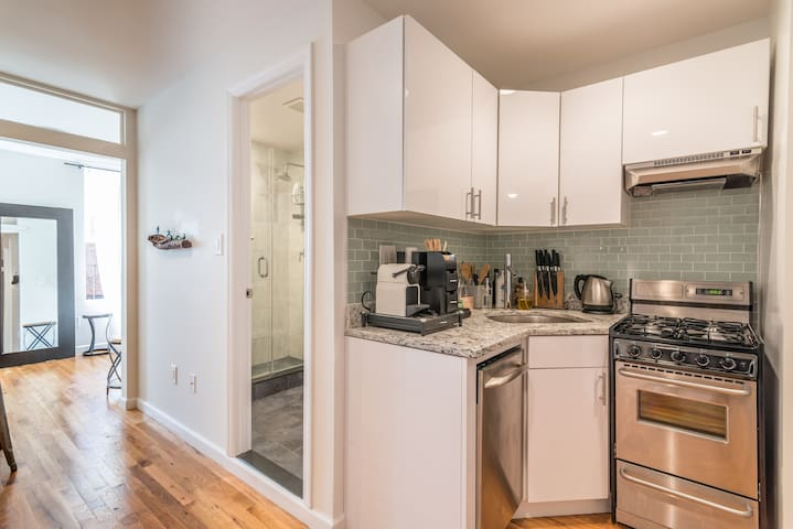 Heart of W. Village 1-BR, Renovated - New York - Apartment