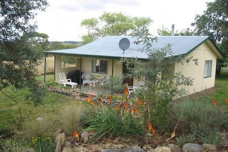 Cosy self contained cottage on farm - Oberon