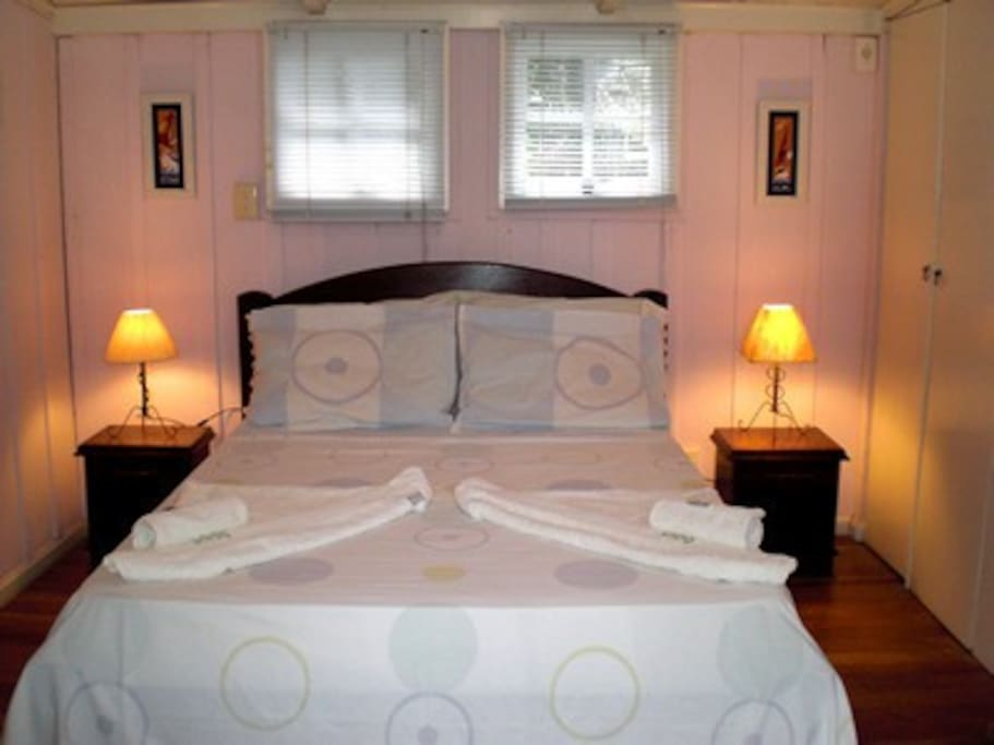 Quarto rosa, banheiro, ar split, frigobar, TV, WiFi