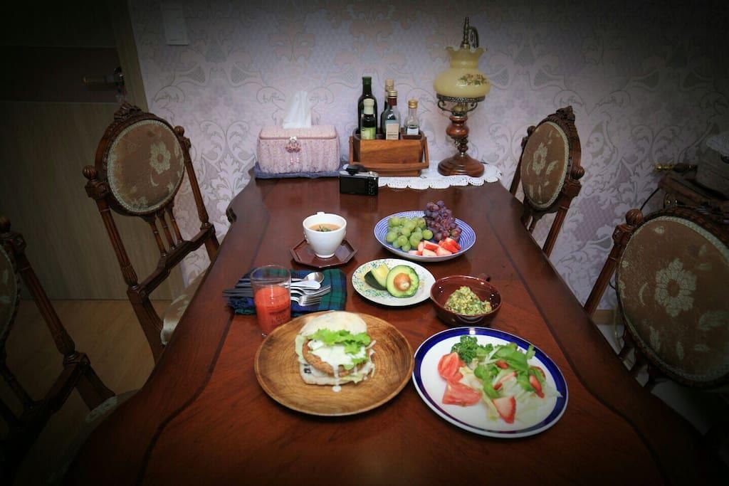 제가 늘  생각만하던 에어비앤비를 실행에 옮기게된 젤 큰이유. 채식 아침식사입니다 (for vegan break fast) 유기농으로 준비하는 직접짠쥬스 채식 아침식사 제공합니다.