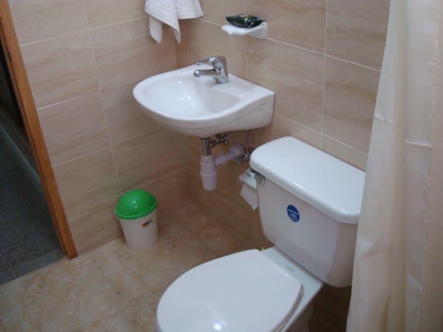 Baño con todas las condiciones higienicas requridas!!!!