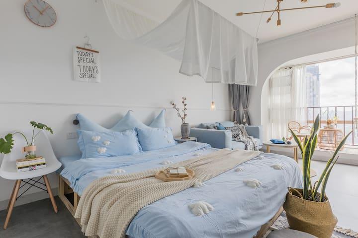 Blue Chic 躺在床上看日出 (花果园  巨幕投影   近白宫 购物中心   行李寄存 )