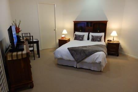 Luxury Suite Queen Bed inc Ensuite
