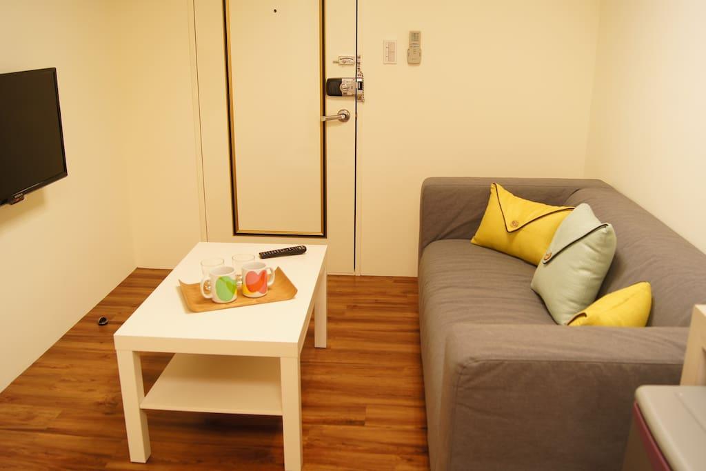 舒適三人坐沙發椅,像家一樣的起居休閒空間。具第四台有線電視,可盡情觀賞各類節目。Each room has its own private living room.