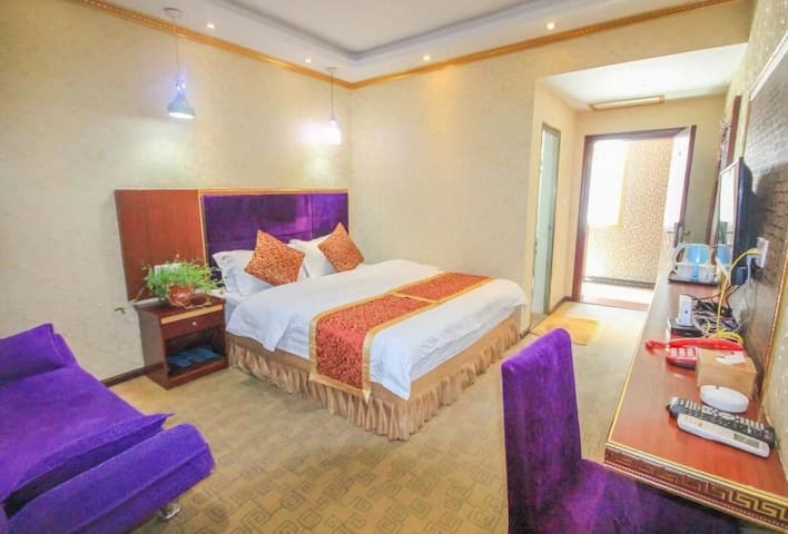 九寨沟悦宾客栈大床房在1、2、3楼有窗使用面积25平方米,独立卫生间。冷暖空调,独立WIF