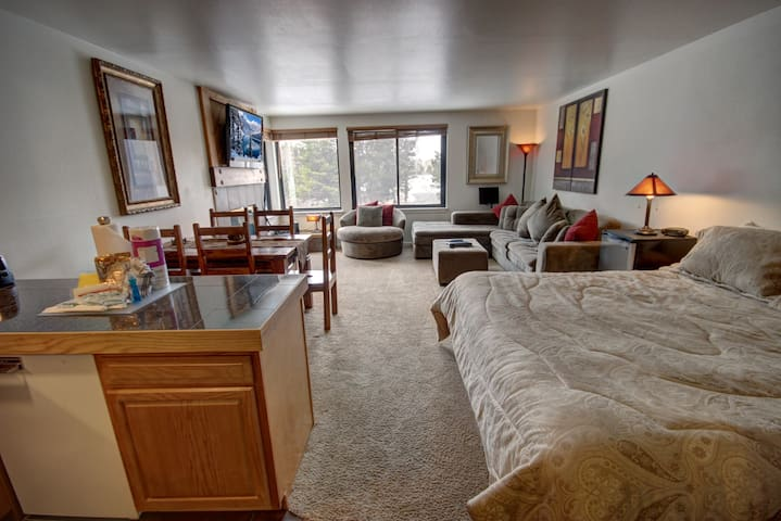 Mall 1421-Close to conference center, Free shuttle to lifts, Near dining & shops
