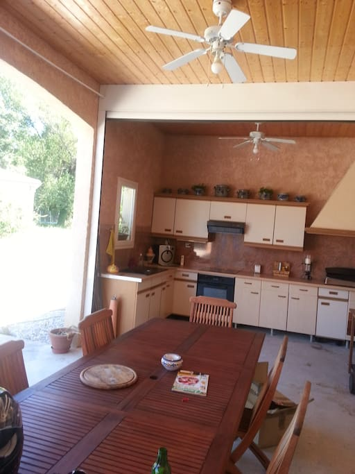 Accès terrasse et cuisine d'été.
