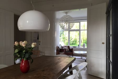 Charming villa From 1900, newly renovated, attractive area. Downtown Copenhagen: 15 Minutes. Nice garden, quiet neighborhood. Nearby lake, ocean /sandy beaches and forrest. Around-the corner: Local supermarkets, bakeries, butcher, play grounds etc.