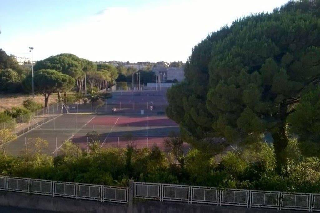 Vue du balcon sur terrains de tennis