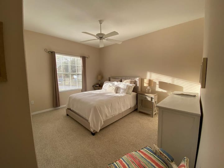 Lake view, queen bed, full bath