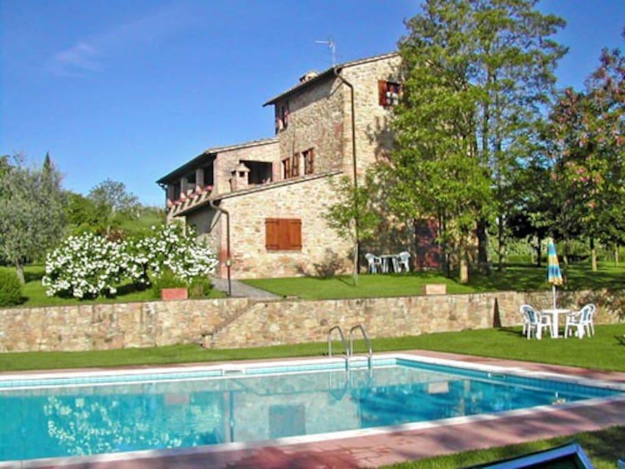 Vista del podere e della piscina