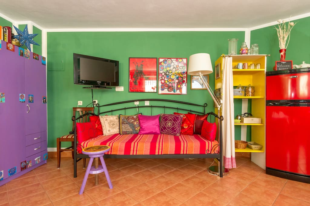 Colourful and spacious studio apartment. A nice single bed (90 cm x 190 cm) for your comfort