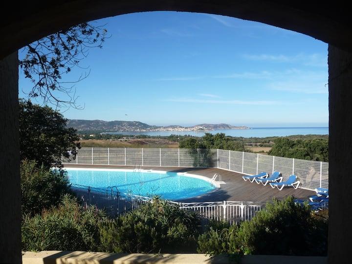 Appt - terrasse vue mer - piscine à SALDUCCIO