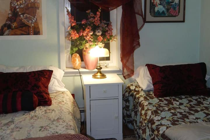 (*P2) Private Room/2 Twin Beds (Owner's Residence)