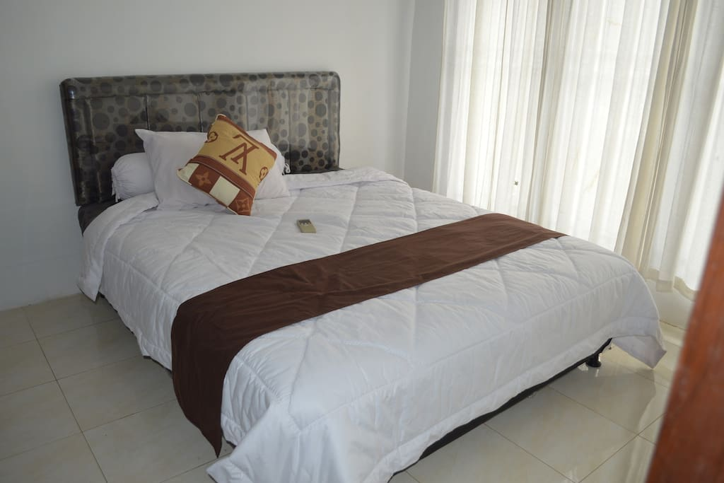 Queen size bed, ensuite bathroom with large walk in shower