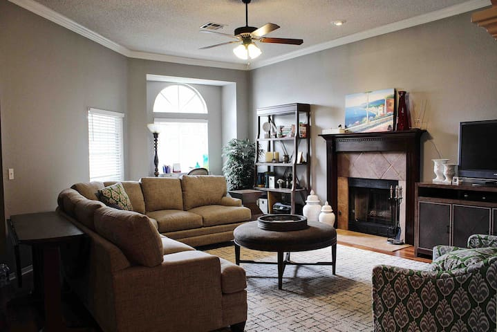 South Tulsa home- Upscale Very Clean!