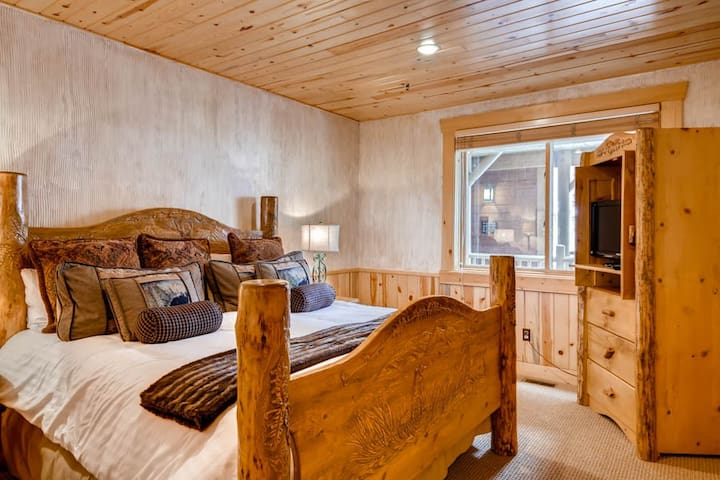 Black Bear Lodge #207 | Rustic Mountain Retreat | Walking distance to Deer Valley Slopes at Silver Lake | Private Hot Tub | Queen Sleeper Sofa