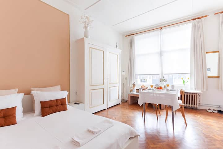 Spacious room in city centre in listed building