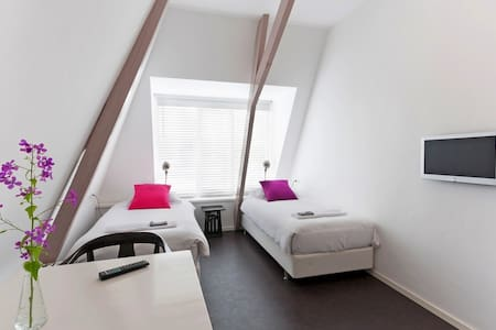 Modern room with private bathroom. - Almelo