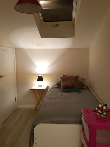 Modern room near Piccadilly Train stn FEMALES ONLY
