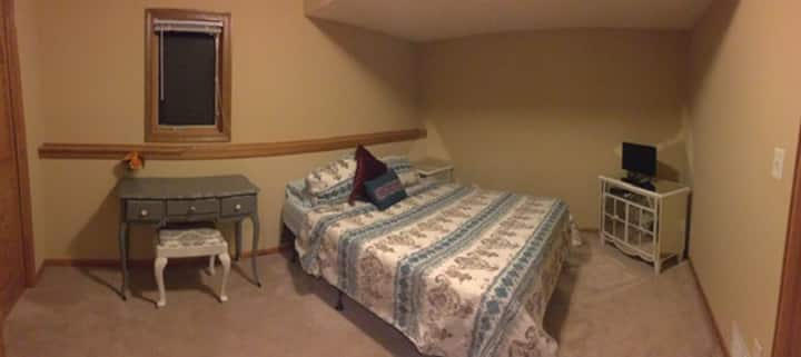 Private RM w/Queen Bed - near Twin Cities