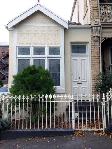 Charming 1 Bed House in Albert Park