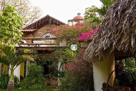 Hermosa cabaña con alberca y palapa - House