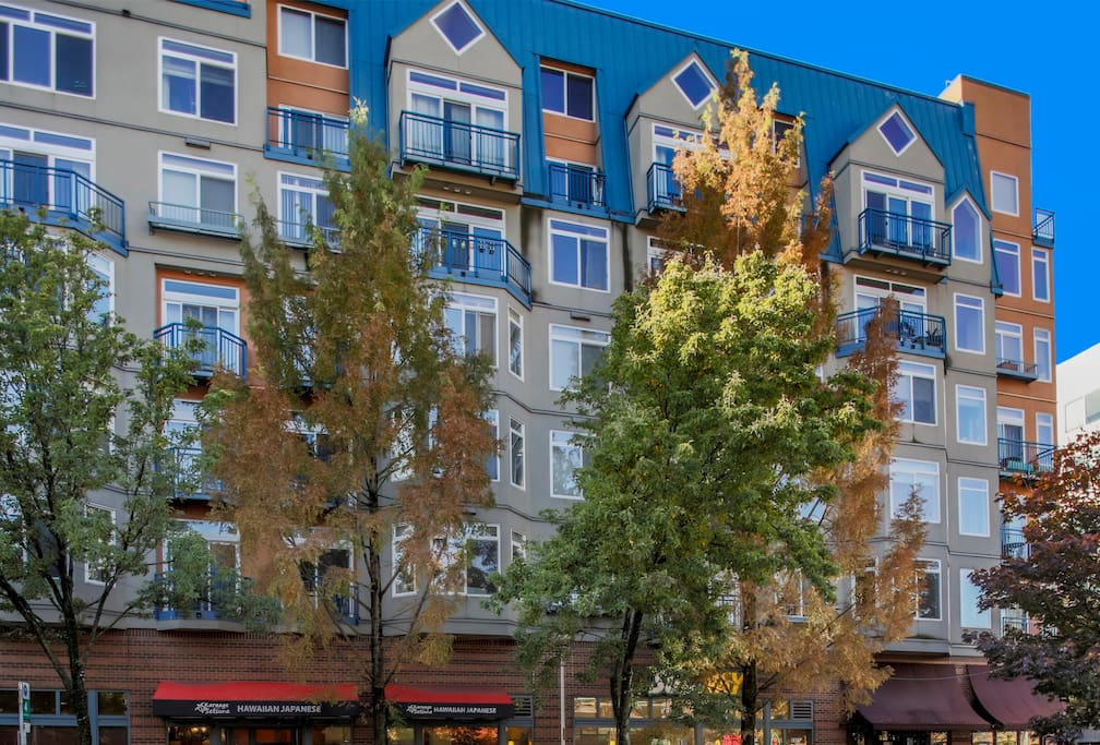 The marvelous Belltown Court Condominiums, with eateries on the first floor