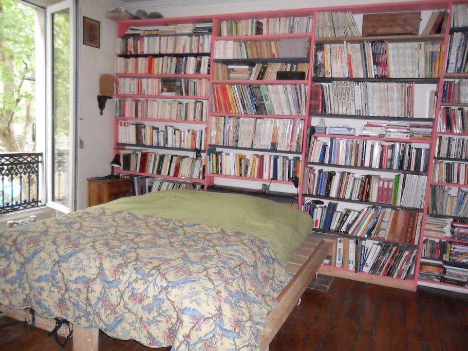 Chambre parentale, 3 fenêtres, un peu de lecture ...romans, polars, BD