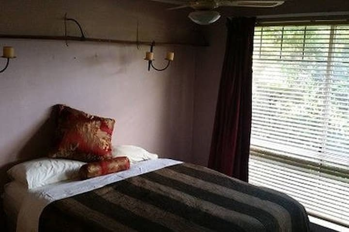 Private Room in Friendly House - Marangaroo
