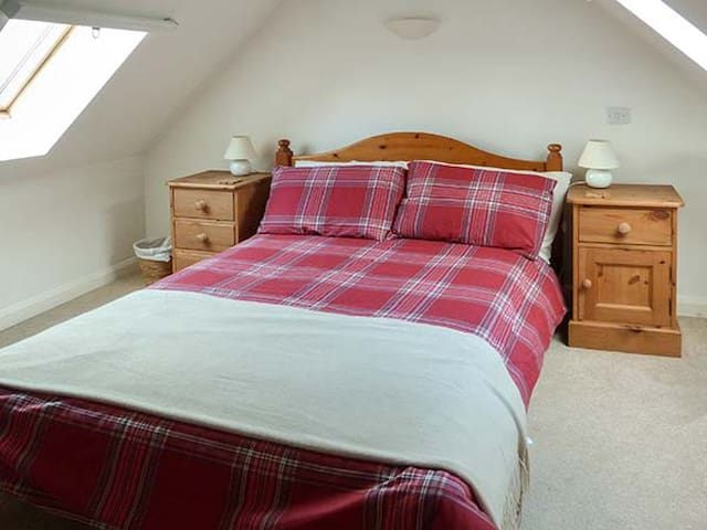 CREAG MHOR COTTAGE, family friendly in Dornie, Ref 949421