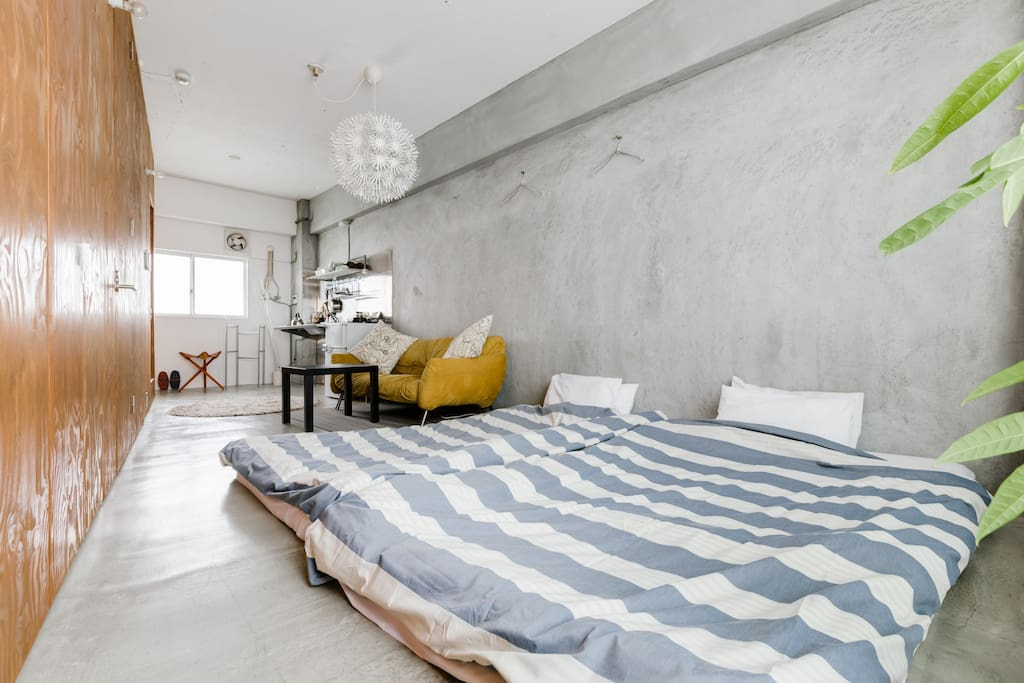 寝具はゆったりとしたセミダブルサイズを2セットをご用意しています.3名様以上のご宿泊では、セミダブルをお二人での利用となります.(最大4名様までの宿泊可)